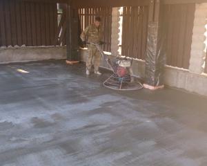 Обработка основания бетоноотделочными машинами